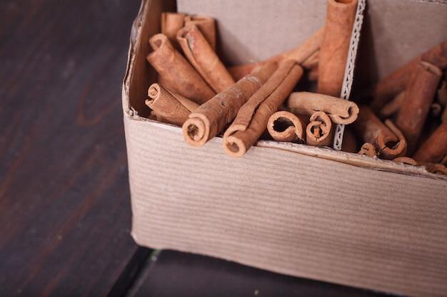 Primo piano della scatola fatta in casa con strumenti per decorare mazzi e ghirlande