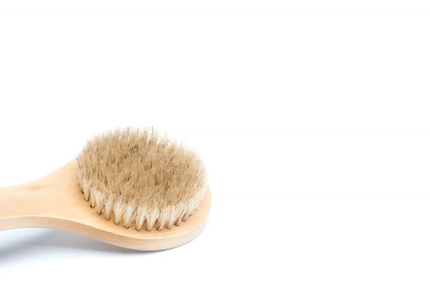 Primo piano della spazzola del corpo della fibra del cactus isolata su una priorità bassa bianca. strumento di bellezza naturale e privo di plastica. concetto di cura di sé e del bagno. vista piana, vista dall'alto. copia spazio per il testo
