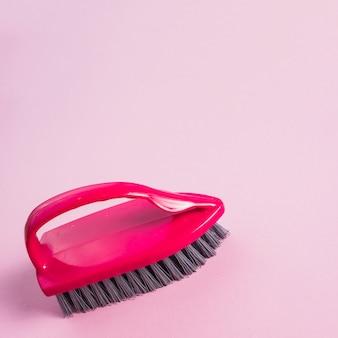 Primo piano della spazzola rossa sulla superficie rosa