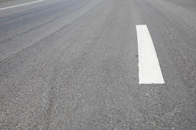 Primo piano della strada con la linea bianca
