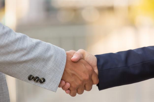 Primo piano della stretta di mano dei soci commerciali