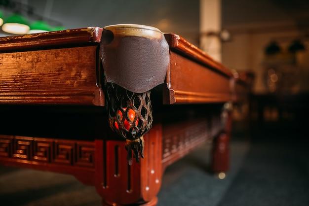 Primo piano della tasca del biliardo, tavolo in legno marrone