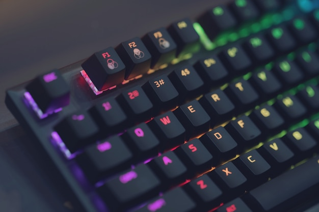 Primo piano della tastiera da gioco per computer rgb, illuminato da led colorati