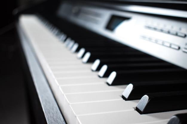 Primo piano della tastiera del pianoforte