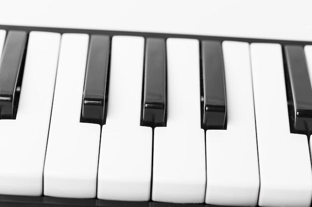 Primo piano della tastiera di pianoforte