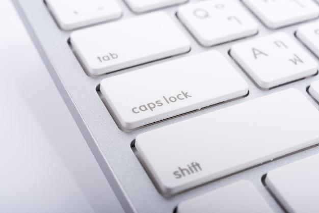 Primo piano della tastiera di un laptop moderno