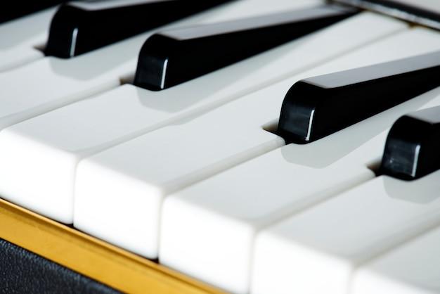 Primo piano della tastiera di un pianoforte