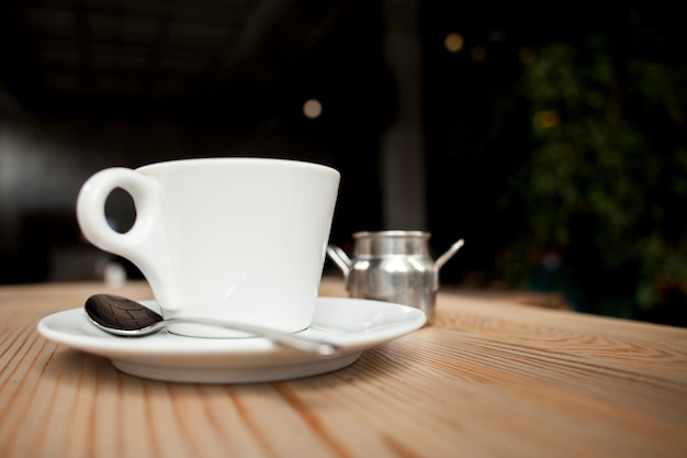 Primo piano della tazza di caffè sulla tabella al caf�