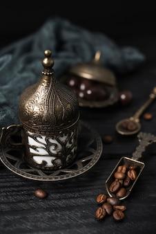 Primo piano della tazza di caffè turca