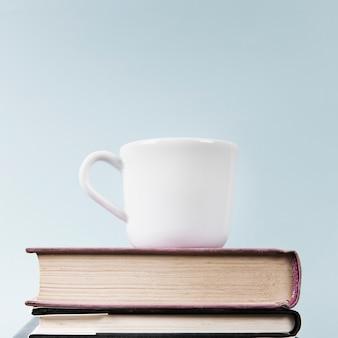 Primo piano della tazza e dei libri con lo spazio della copia