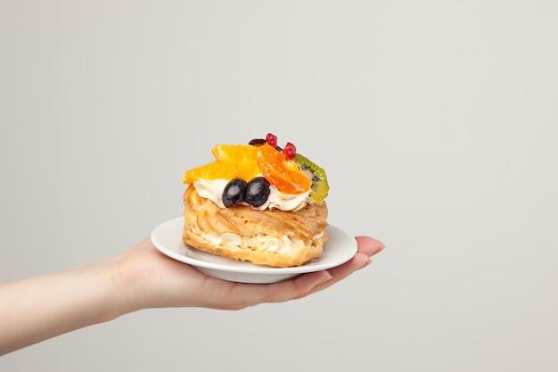 Primo piano della torta con frutta fresca