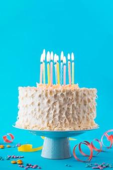 Primo piano della torta di compleanno con sfondo blu decorativo
