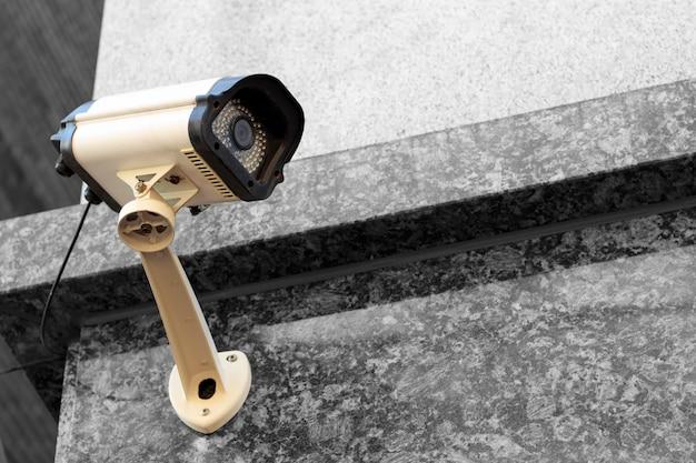 Primo piano della videocamera di sicurezza della via, all'aperto