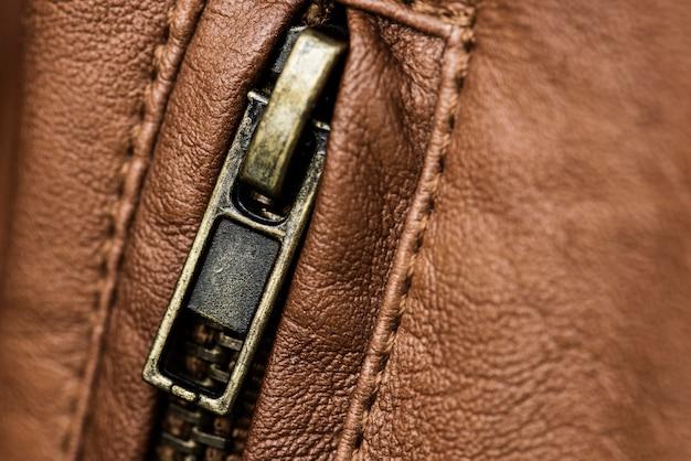 Primo piano della zip della giacca di pelle