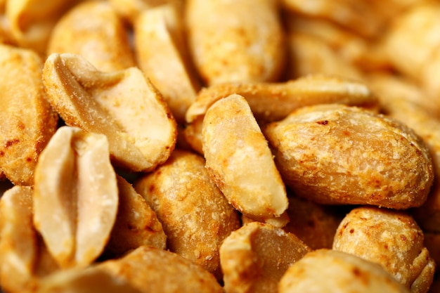 Primo piano delle arachidi fritte