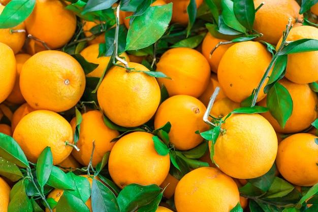 Primo piano delle arance affettate su un mercato