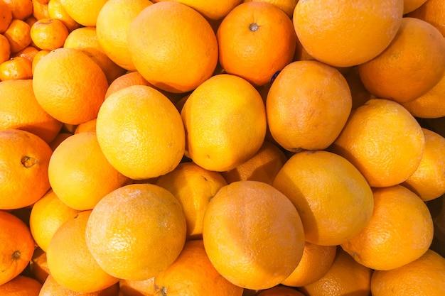 Primo piano delle arance su un mercato - immagine