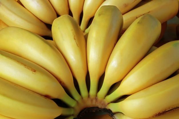 Primo piano delle banane mature nella stalla del mercato di strada