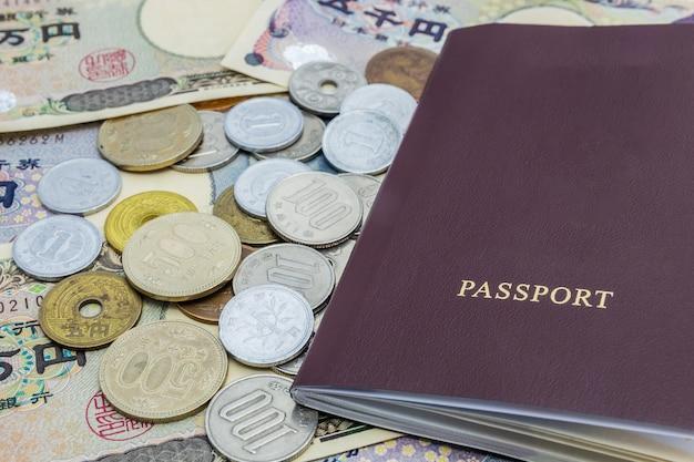 Primo piano delle banconote di yen giapponesi e moneta di yen giapponesi con il passaporto. denaro finanziario e