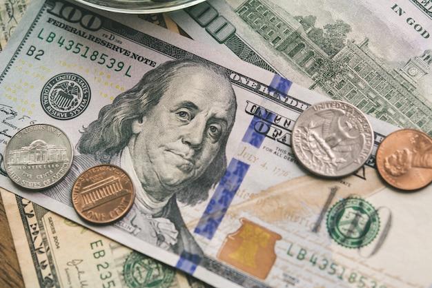 Primo piano delle banconote e delle monete dei soldi di valuta del dollaro americano