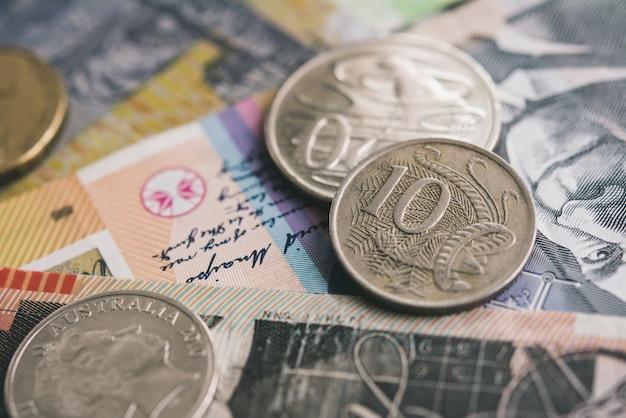 Primo piano delle banconote e delle monete dei soldi di valuta del dollaro australiano