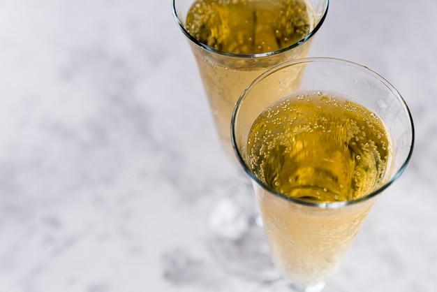 Primo piano delle bevande alcoliche su fondo concreto