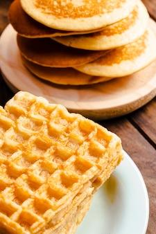 Primo piano delle cialde e dei pancake dell'angolo alto