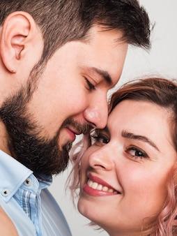 Primo piano delle coppie che posano per i biglietti di s. valentino