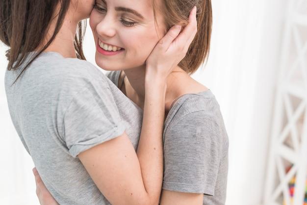 Primo piano delle coppie lesbiche felici adorabili
