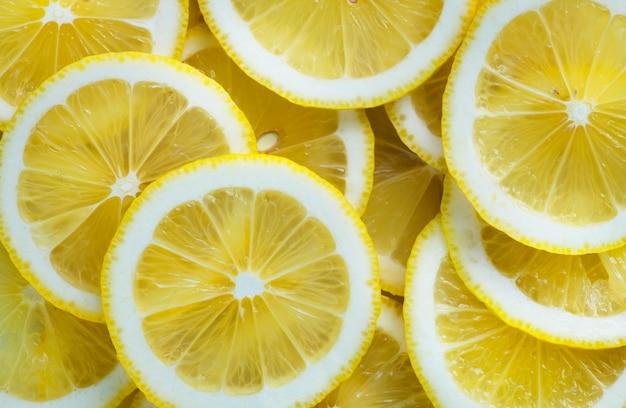 Primo piano delle fette di limone con texture di sfondo