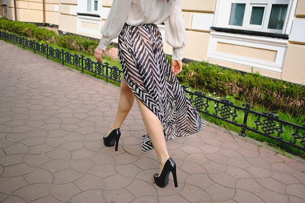Primo piano delle gambe della donna in vestiti alla moda