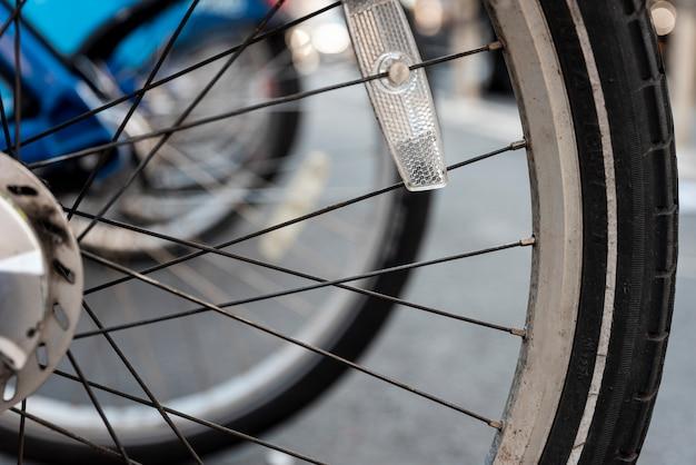 Primo piano delle gomme della bicicletta con fondo vago