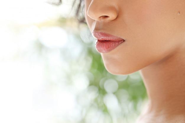 Primo piano delle labbra femminili