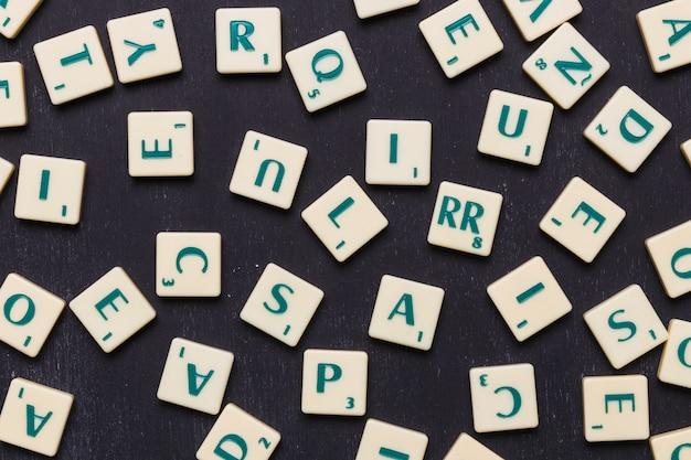 Primo piano delle lettere di scrabble contro fondo nero