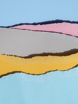 Primo piano delle linee di carta astratte strappate