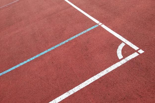 Primo piano delle linee di marcatura bianche del campo da pallacanestro all'aperto.