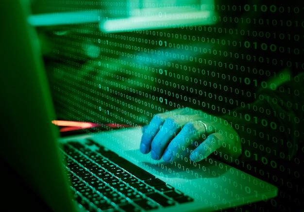 Primo piano delle mani che lavorano sulla tastiera del computer