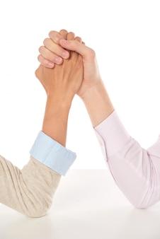 Primo piano delle mani che lottano, concetto di affari e concorrenza di carriera