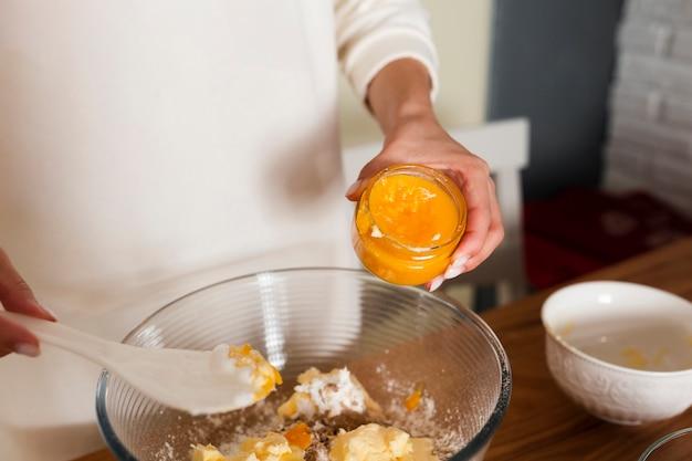 Primo piano delle mani che mescolano gli ingredienti in ciotola