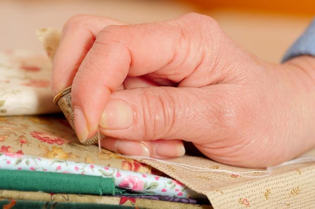 Primo piano delle mani di una sarta