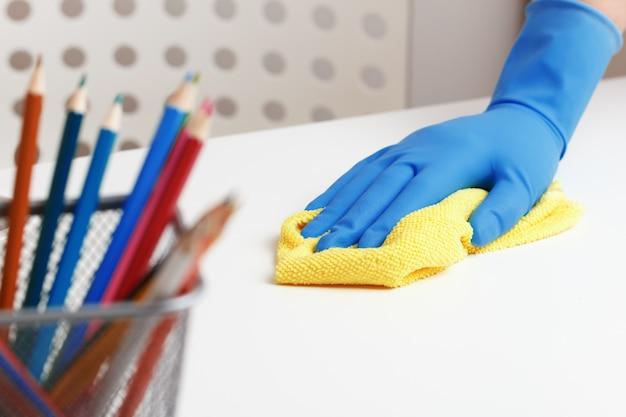 Primo piano delle mani femminili in guanti di gomma protettivi