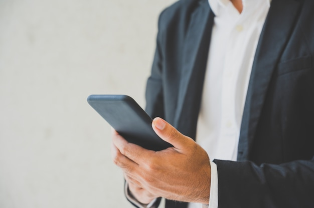 Primo piano delle mani maschii facendo uso dello smartphone
