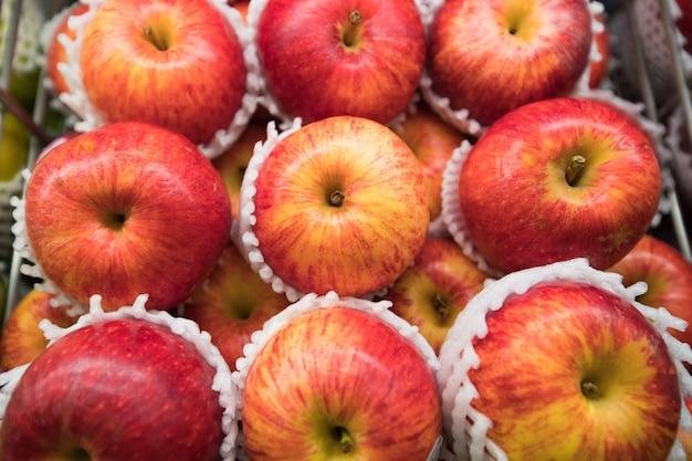 Primo piano delle mele rosse reali di gala