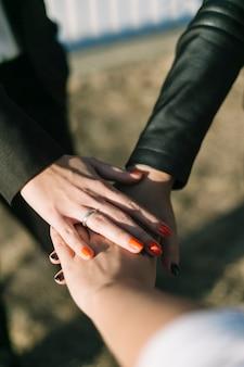 Primo piano delle persone di affari che impilano le loro mani all'aperto