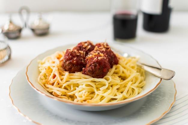Primo piano delle polpette su pasta italiana nella ciotola