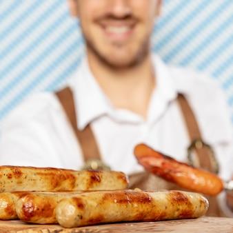 Primo piano delle salsiccie tedesche sul piatto di legno