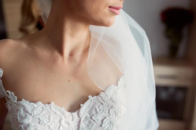 Primo piano delle spalle nude della tenera sposa