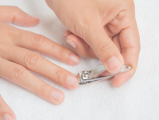 Primo piano delle unghie di taglio della donna, concetto di sanità.