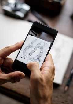 Primo piano dello schermo del telefono cellulare che mostra arte di disegno a schiocco