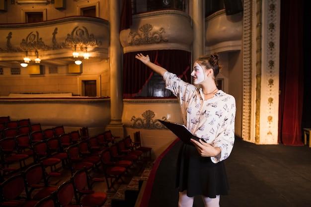 Primo piano dello script della tenuta del mimo femminile che prova sul palco